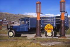 Παλαιό truck στο εγκαταλειμμένο βενζινάδικο Στοκ εικόνες με δικαίωμα ελεύθερης χρήσης