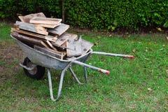 Παλαιό wheelbarrow στοκ φωτογραφίες με δικαίωμα ελεύθερης χρήσης
