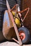 παλαιό wheelbarrow Στοκ φωτογραφία με δικαίωμα ελεύθερης χρήσης
