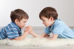 Παλεύοντας και δύο αδελφοί βραχιόνων, στοκ εικόνες με δικαίωμα ελεύθερης χρήσης
