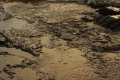Παλιρροιακά υποχωρώντας κύματα λιμνών που ρέουν πέρα από τον ηφαιστειακό βράχο Στοκ εικόνα με δικαίωμα ελεύθερης χρήσης