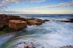 Παλιρροιακές μετακινήσεις γύρω από τους βράχους Στοκ φωτογραφίες με δικαίωμα ελεύθερης χρήσης