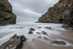 Παλιρροιακός όρμος, παραλία Whipsiderry, Porth, Newquay, Κορνουάλλη στοκ φωτογραφίες