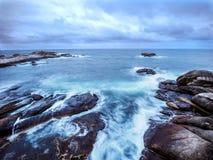 Παλιρροιακό πλύσιμο πέρα από τους βράχους στην ακτή στοκ εικόνες