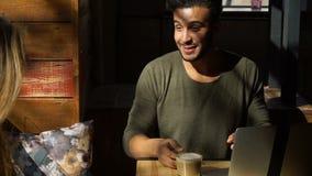 Παλιός φίλος που συναντιέται τελικά στον καφέ φιλμ μικρού μήκους