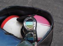 Παλιό κράνος μοτοσικλετών στην τσάντα αποθήκευσης μοτοσικλετών τελών Στοκ φωτογραφίες με δικαίωμα ελεύθερης χρήσης