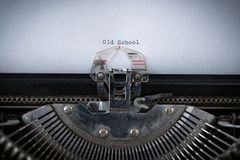 Παλιό σχολείο που δακτυλογραφείται στη γραφομηχανή Στοκ φωτογραφίες με δικαίωμα ελεύθερης χρήσης