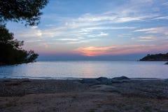 Πανέμορφα χρώματα ηλιοβασιλέματος πέρα από τη θάλασσα σε Sithonia, Ελλάδα Στοκ Εικόνες