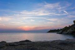 Πανέμορφα χρώματα ηλιοβασιλέματος πέρα από τη θάλασσα σε Sithonia, Ελλάδα Στοκ φωτογραφία με δικαίωμα ελεύθερης χρήσης