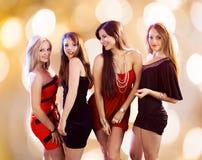 Πανέμορφες γυναίκες που χορεύουν στο νυχτερινό κέντρο διασκέδασης στοκ φωτογραφίες