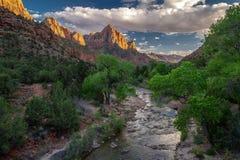Πανέμορφη άποψη άνοιξη ` ο σχηματισμός βράχου παρατηρητών ` και ο ποταμός του εθνικού πάρκου Zion στη Γιούτα στοκ εικόνες με δικαίωμα ελεύθερης χρήσης