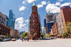 Πανέμορφη άποψη τοπίων πόλεων πρόσκλησης Τορόντο με τα εκλεκτής ποιότητας κλασικούς κτήρια και τους ηλικιωμένους στο υπόβαθρο Στοκ φωτογραφίες με δικαίωμα ελεύθερης χρήσης