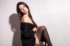 Πανέμορφη αισθησιακή με μεγάλο στήθος γυναίκα στο γκρίζο υπόβαθρο Στοκ φωτογραφία με δικαίωμα ελεύθερης χρήσης