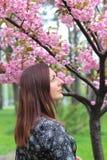 Πανέμορφη ασιατική γυναίκα με την τέλεια σύνθεση τέχνης δερμάτων creartive που φορά το καθιερώνον τη μόδα άσπρο ιαπωνικό λουλούδι στοκ εικόνες με δικαίωμα ελεύθερης χρήσης