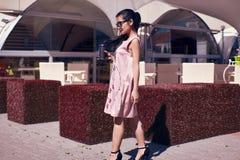 Πανέμορφη ασιατική γυναίκα στο φόρεμα μόδας στο πεζούλι του εστιατορίου Στοκ Φωτογραφίες