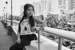 Πανέμορφη ασιατική γυναίκα στο φόρεμα μόδας που θαυμάζει την άποψη πόλεων Στοκ φωτογραφία με δικαίωμα ελεύθερης χρήσης