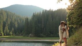 Πανέμορφη γοργόνα στο στεφάνι λουλουδιών από τη λίμνη στα ξύλα που καλούν το άτομο για να πάει με την στο νερό Φαντασία μαγική απόθεμα βίντεο
