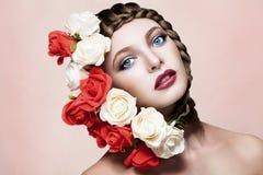 Πανέμορφη γυναίκα με τα λουλούδια στην τρίχα Στοκ Εικόνες
