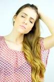 Πανέμορφη γυναίκα με τον ισχυρό πονοκέφαλο Στοκ φωτογραφίες με δικαίωμα ελεύθερης χρήσης