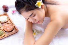 Πανέμορφη γυναίκα που ξαπλώνουν στο κρεβάτι και αισθήσεις που χαλαρώνουν, άνετος στοκ εικόνες με δικαίωμα ελεύθερης χρήσης