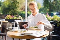Πανέμορφη γυναίκα που τρώει τη σαλάτα στον καφέ κατά τη διάρκεια της ώρας μεσημεριανού γεύματος Στοκ εικόνες με δικαίωμα ελεύθερης χρήσης