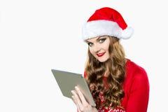 Πανέμορφη γυναίκα που χρησιμοποιεί την ψηφιακή ταμπλέτα για να ψωνίσει on-line Στοκ Φωτογραφίες
