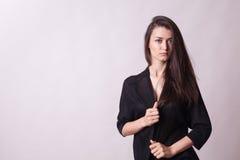 Πανέμορφη γυναίκα στο γκρίζο υπόβαθρο Στοκ Φωτογραφίες