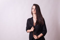 Πανέμορφη γυναίκα στο γκρίζο υπόβαθρο Στοκ φωτογραφία με δικαίωμα ελεύθερης χρήσης