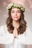 Πανέμορφη γυναίκα brunette που φορά το στεφάνι λουλουδιών άνοιξη στοκ εικόνα