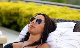 Πανέμορφη επιτυχής playboy πρότυπη χαλάρωση στη λίμνη στο θέρετρο ξενοδοχείων στη Κόστα Ρίκα Στοκ Εικόνα