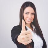 Πανέμορφη επιχειρηματίας που παρουσιάζει αντίχειρα στοκ εικόνα