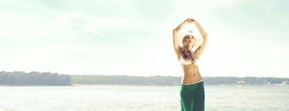Πανέμορφη, λεπτή γυναίκα που φορά το δελεαστικό μπικίνι και το πράσινο μετάξι ο Στοκ φωτογραφίες με δικαίωμα ελεύθερης χρήσης