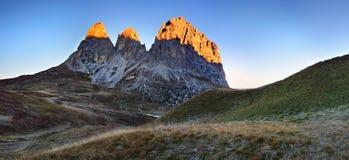 Πανέμορφη ηλιόλουστη άποψη των Άλπεων δολομίτη με τα λιβάδια Ζωηρόχρωμη σκηνή φθινοπώρου Langkofel, σειρά βουνών Sassolungo Πέρασ στοκ φωτογραφία με δικαίωμα ελεύθερης χρήσης
