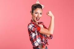 Πανέμορφη ισχυρή νέα καρφίτσα-επάνω γυναίκα που παρουσιάζει δικέφαλους μυς στοκ φωτογραφία με δικαίωμα ελεύθερης χρήσης