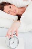 Πανέμορφη κοκκινομάλλης γυναίκα που ξυπνά στοκ εικόνες