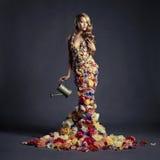 Πανέμορφη κυρία στο φόρεμα των λουλουδιών Στοκ Φωτογραφία