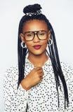 Πανέμορφη μαύρη γυναίκα στα γυαλιά σχετικά με το κουμπί Στοκ Φωτογραφίες