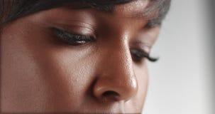 Πανέμορφη μαύρη νέα γυναίκα που χορεύει και που θέτει το βίντεο απόθεμα βίντεο