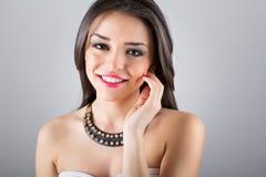 Πανέμορφη νέα γυναίκα με το σύγχρονο περιδέραιο στοκ εικόνες