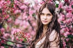 Πανέμορφη νέα γυναίκα πορτρέτων άνοιξη στοκ φωτογραφίες