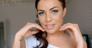 Πανέμορφη νέα γυναίκα που χαϊδεύει το όμορφο πρόσωπό της Στοκ Φωτογραφία