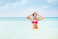 Πανέμορφη, νέα κυρία ρόδινο σε swimwear με μια κολυμπώντας με αναπνευτήρα μάσκα που κολυμπά στη θάλασσα στοκ εικόνα