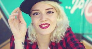 Πανέμορφη νέα ξανθή γυναίκα με ένα διαπερασμένο χείλι φιλμ μικρού μήκους