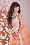 Πανέμορφη νύφη με τα λουλούδια Στοκ φωτογραφίες με δικαίωμα ελεύθερης χρήσης