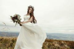 Πανέμορφη νύφη που χορεύει και που έχει το φόρεμα εκμετάλλευσης διασκέδασης, boho weddin στοκ φωτογραφίες