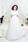 Πανέμορφη νύφη στο γαμήλιο φόρεμα πολυτέλειας Νύφη Στοκ Εικόνες