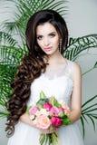 Πανέμορφη νύφη στο γαμήλιο φόρεμα πολυτέλειας Νύφη Στοκ Φωτογραφίες