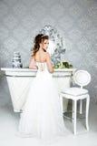 Πανέμορφη νύφη στο γαμήλιο φόρεμα πολυτέλειας Νύφη Στοκ εικόνα με δικαίωμα ελεύθερης χρήσης