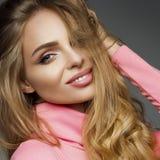 Πανέμορφη ξανθή αισθησιασμός γυναικών που χαμογελά στη κάμερα στοκ φωτογραφία με δικαίωμα ελεύθερης χρήσης