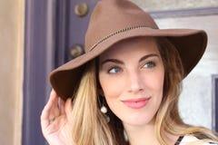 Πανέμορφη ξανθή γυναίκα στο καπέλο Στοκ εικόνα με δικαίωμα ελεύθερης χρήσης